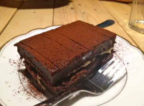 Pensavate fosse finita e invece no: torta al cioccolato con crema al mascarpone.